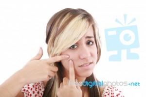 girl-squeezing-pimple-10065213
