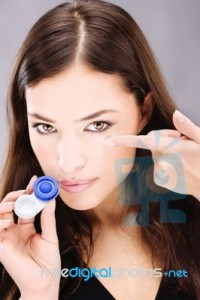 woman-holding-contact-lens-100111148
